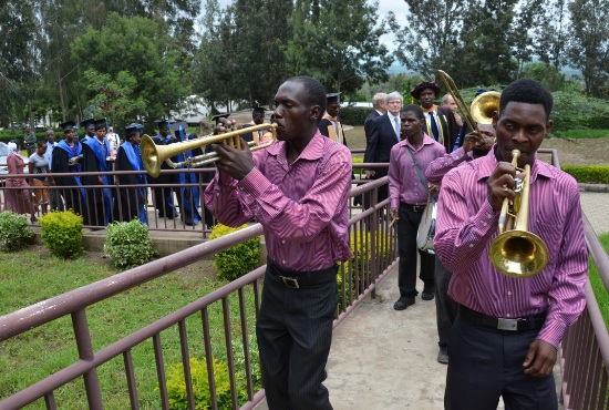 En blåsorkester ledde marchen upp mot den nya klassrumsbyggnaden.