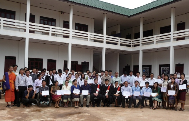 Deltagare i kurserna, skolans personal, i mitten i svart Gabriel Grönroos (FSPM), Phonetip och Vongvaly Viravongsa (ledare för Quest College).