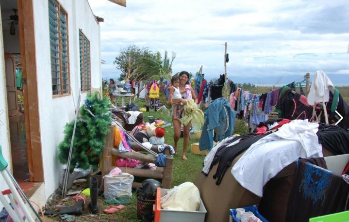 Efter stormen placerade folk alla sina tillhörigheter utomhus för att torka. Allt hade blivit blött. Foto: Amanda Brorström