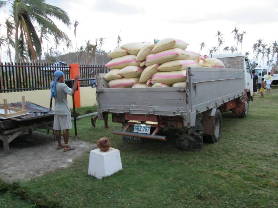 Andra lasset med 2,5 ton ris lastas på trucken som ska köras till Leyte.