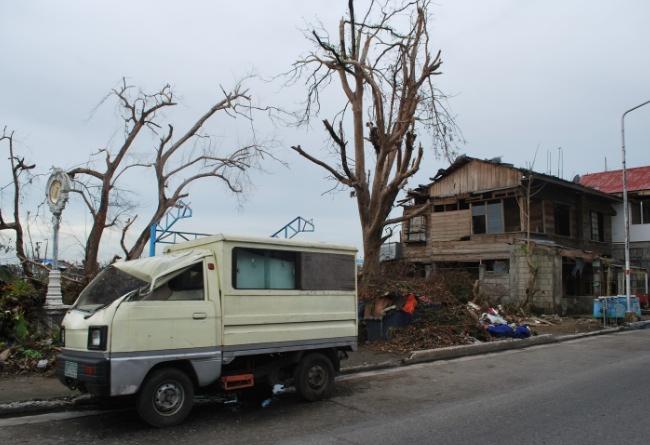 Förstörda hus överallt i staden Ormoc, värst drabbade är trähusen.