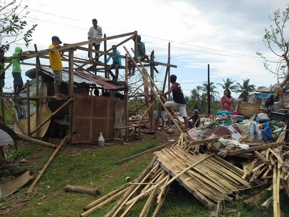 Folk hjälper varandra att bygga hus eller tillfälliga skydd. Foto: Andreas Pettersson