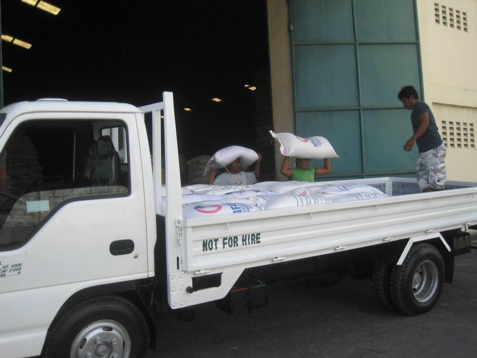 Trucken lastades idag och körs till Leyte med tältdukar, 2,5 ton ris och andra förnödenheter.