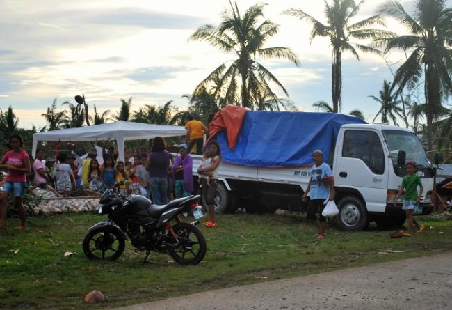 Till höger i bild syns lastbilen som köpts för att kunna köra förnödenheter till Leyte.