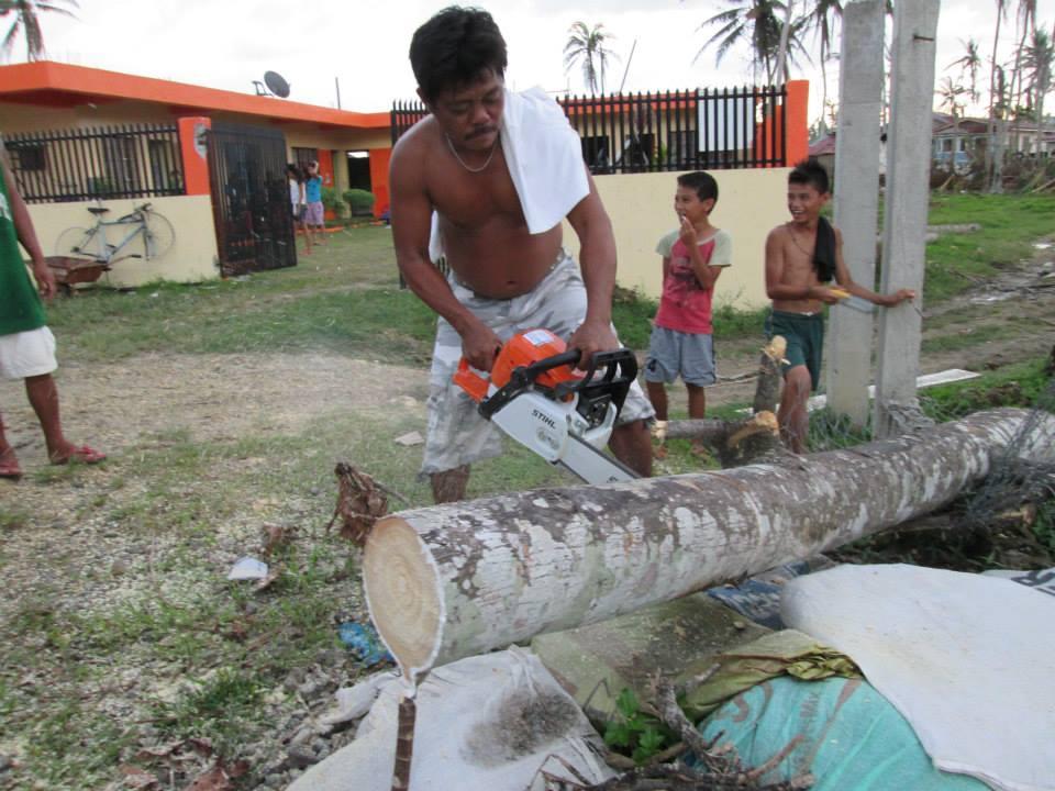 Man håller på att rensa upp gården vid förskolan i Merida med hjälp av motorsåg.