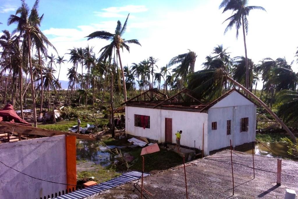 Nästa alla hus har fått taken avslitna. Här syns huset som volontärerna Hanna och Maria bodde i.