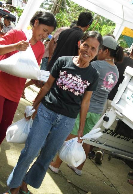 Glada miner efter matutdelningen i Cabaliwan.