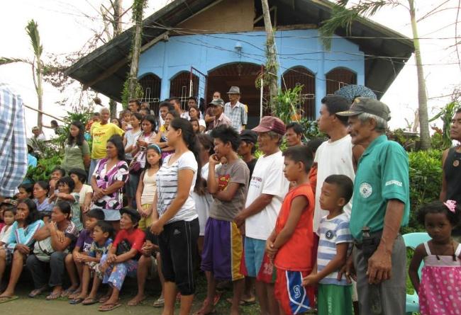 Hushållen i Cabaliwan samlas.