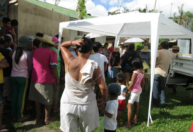 Hushållen i Cambalong samlas.