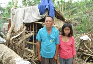 En cykeltaxichaufför får också hjälp med att bygga upp sitt hus. Tyvärr saknas hans namn.
