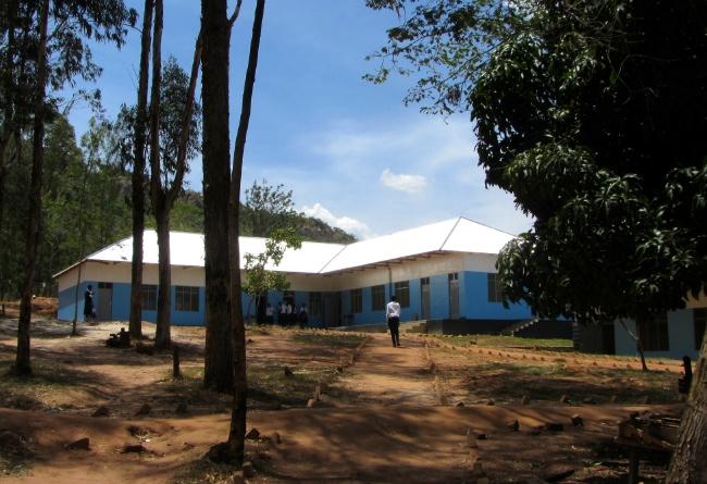 I byggnaden på bilden finns tre klassrum. Huset är en av de byggnader som byggts med understöd via FSPM. Foto: Laila Saleh