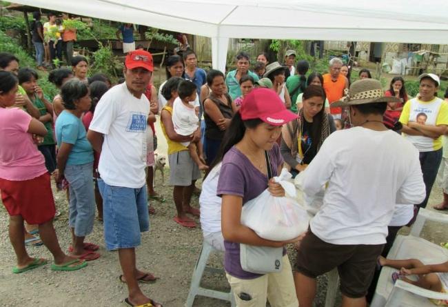 I Mahayag samlades man också för att ta emot hjälpen.