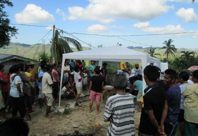 Människorna i byn Masumbang har samlats.