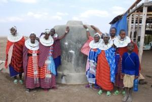 Hanna har arbetat med olika projekt ute i byarna genom åren, bland annat vattenprojekt. Här står några kvinnor och män kring sin nya vattentank. Foto: Jan-Erik Nyman.