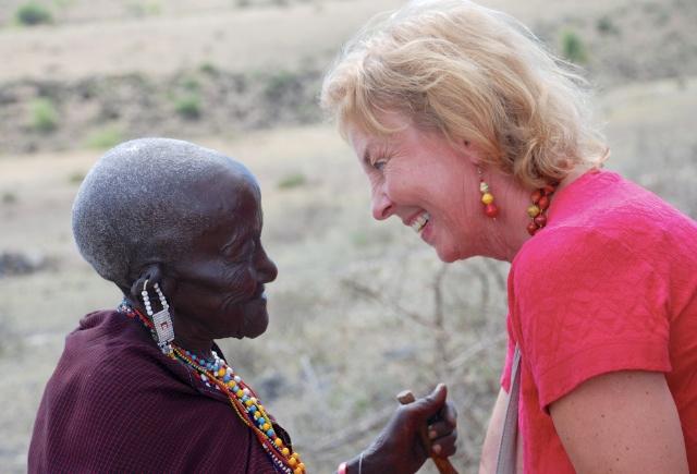 Hanna Nyman arbetar med olika kvinnorgrupper för att skapa byutveckling. Här är hon tillsammans med en massaikvinna.  Foto: Jan-Erik Nyman