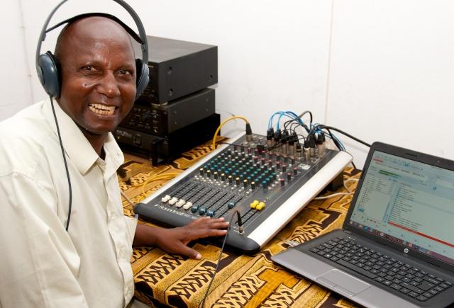 Pastor Ramundo Camalieher, ordförande för Radio Wimbi Association i Pemba, när han just annonserat stationen öppnad.