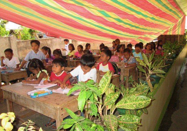 Fortfarande har många skolor bara en tältduk som tak. Foto: Andreas pettersson