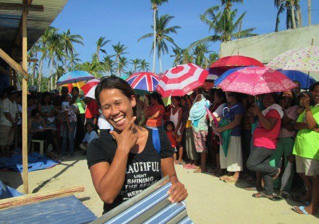 Ytterligare 200 familjer har fått ta emot byggmaterial för att bygga upp sina hus som förstördes av tyfonen i fjol. Foto: Andreas Pettersson