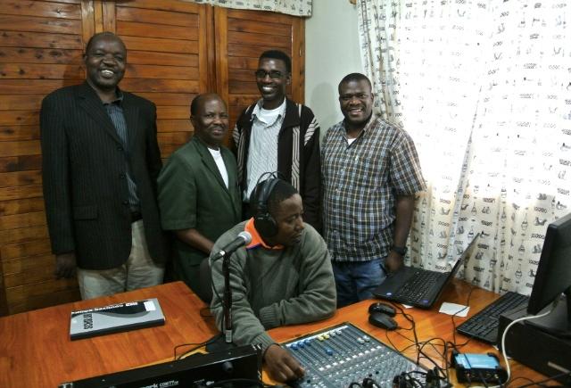 """HMM ledarteam tillsammans med Pastor Marandu är alla fulla av glädje när de får börja sända program på Habari Maalum FM. """"Hitta sanningen"""" (Pata Ukweli) är den slogan man presenterar sig med. Foto: Jan-Erik Nyman"""