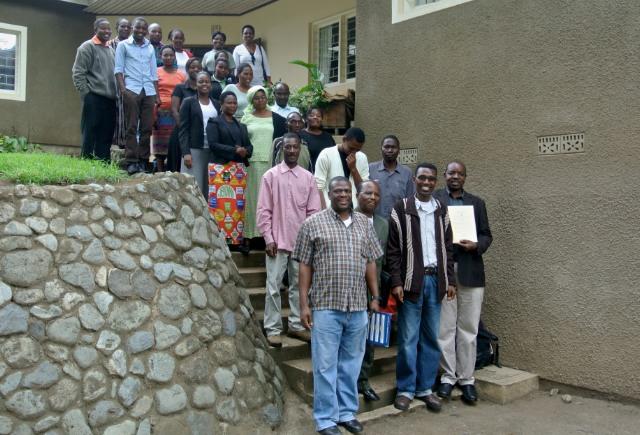 Habari Maalum teamet samlade utanför studion för att tacka Gud och glädjas över spänningstillståndet som Directör Leonard George längst framme till höger håller upp. Foto: Jan-Erik Nyman