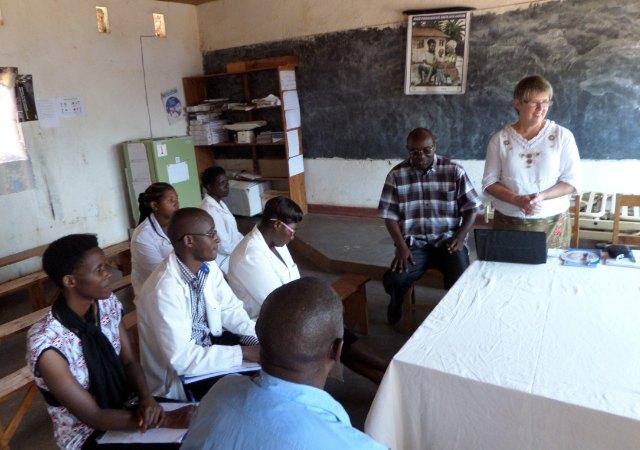 Pirjo går igenom sina iakttagelser och erfaren-heter med en personalgrupp på hälsostationen i Bukeye. Foto: Kerstin Sivonen.