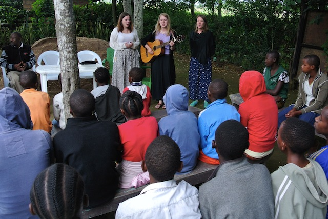 Volontärerna sjunger och vittnar för  föräldralösa barn. Foto: Jan-Erik Nyman