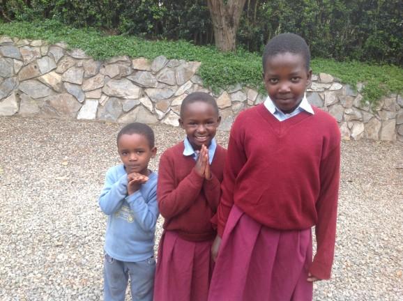 Här är Manka (t.h.) och två av de föräldralösa barnen som Edina tar hand om, Carro och Elihuruma. Nu får de mat, kärlek och möjlighet att gå i skola. Manka är tredje bäst i sin klass. Foto: Hanna Nyman