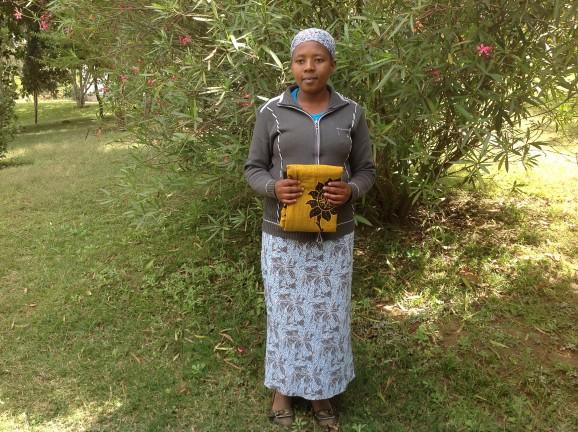 Maria Sabore är färdigutbildad lärare. Hon hjälper till att bygga ett hus åt sin mamma som är änka. Foto: Hanna Nyman