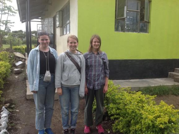 Josefin Jacobson, Edit Koskinen och Sofia Knipström som var volontärer i Tanzania under våren 2014 var till stor hjälp och glädje. Foto: Hanna Nyman