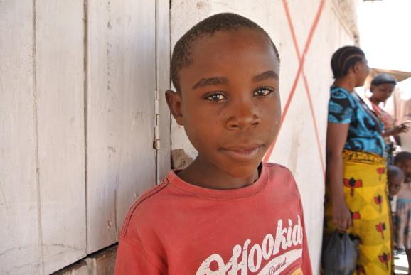 Bor hos faster. Joshua vill gärna gå i skola, men hans faster har inte råd.