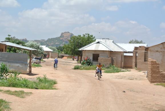 Swaswa i Dodoma. De lottlösa är ofta ensamstående mammor med en hop barn, en del egna men ofta andras. Ofta bor de på nåder i ett hus, men kastas ut när ägaren får en hyresgäst som kan betala hyra.