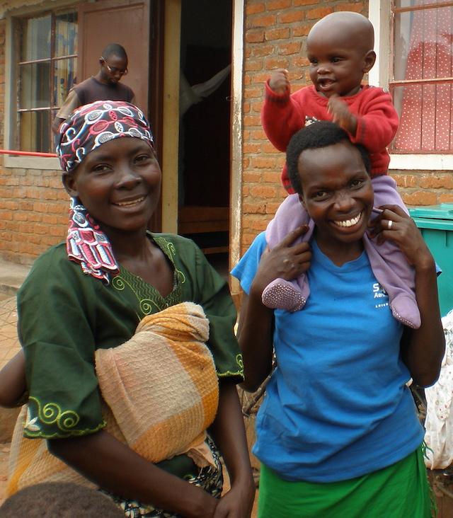 Bild av två glada mammor som fött sina barn i Bukeye Centre de santé