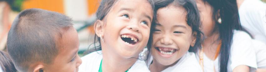 Glada asiatiska barn