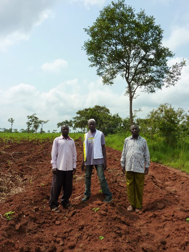 Pastor Chananja till höger har planterat 5400 träd på ett skövlat område. Foto: Maria Holmberg