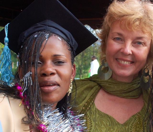 Hanna Nyman (t.h.) tillsammans med en av de tidigare studerande på HMC. Foto: Jan-Erik Nyman