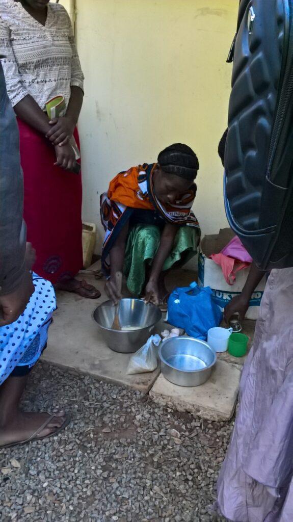 Afrikanska flickar lär sig tillreda mat