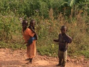 Kolme lasta hiekkatiellä
