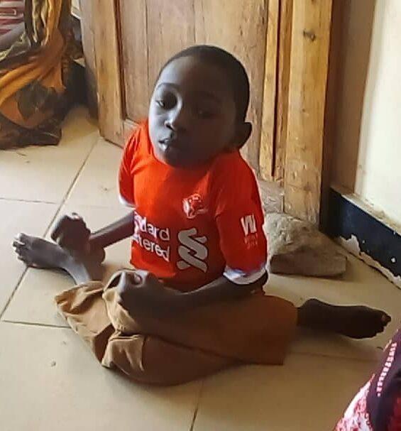 Barn med funktionshinder sitter på golv