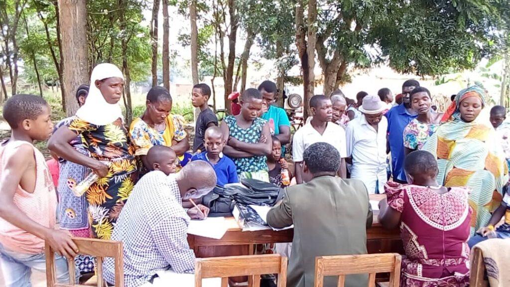 Många vuxna och barn samlat runt ett bord
