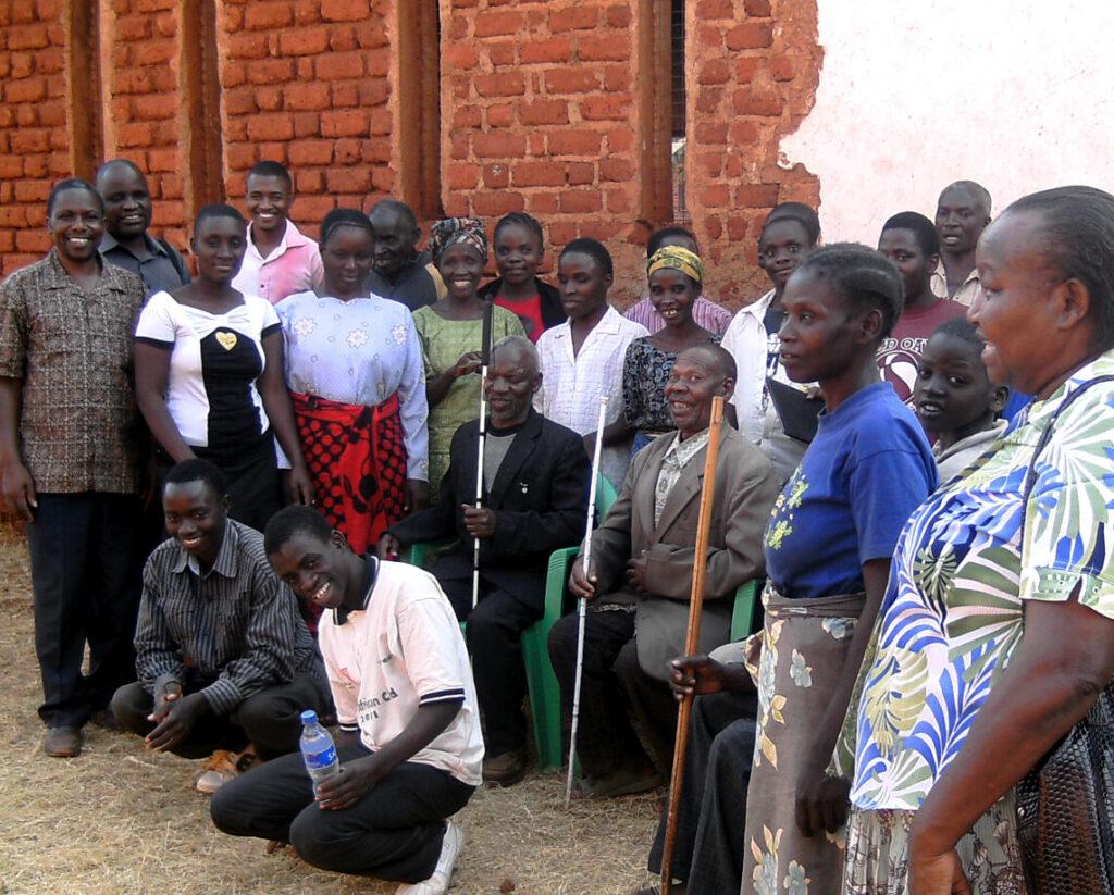 Glada synskadade afrikaner poserar för kamera